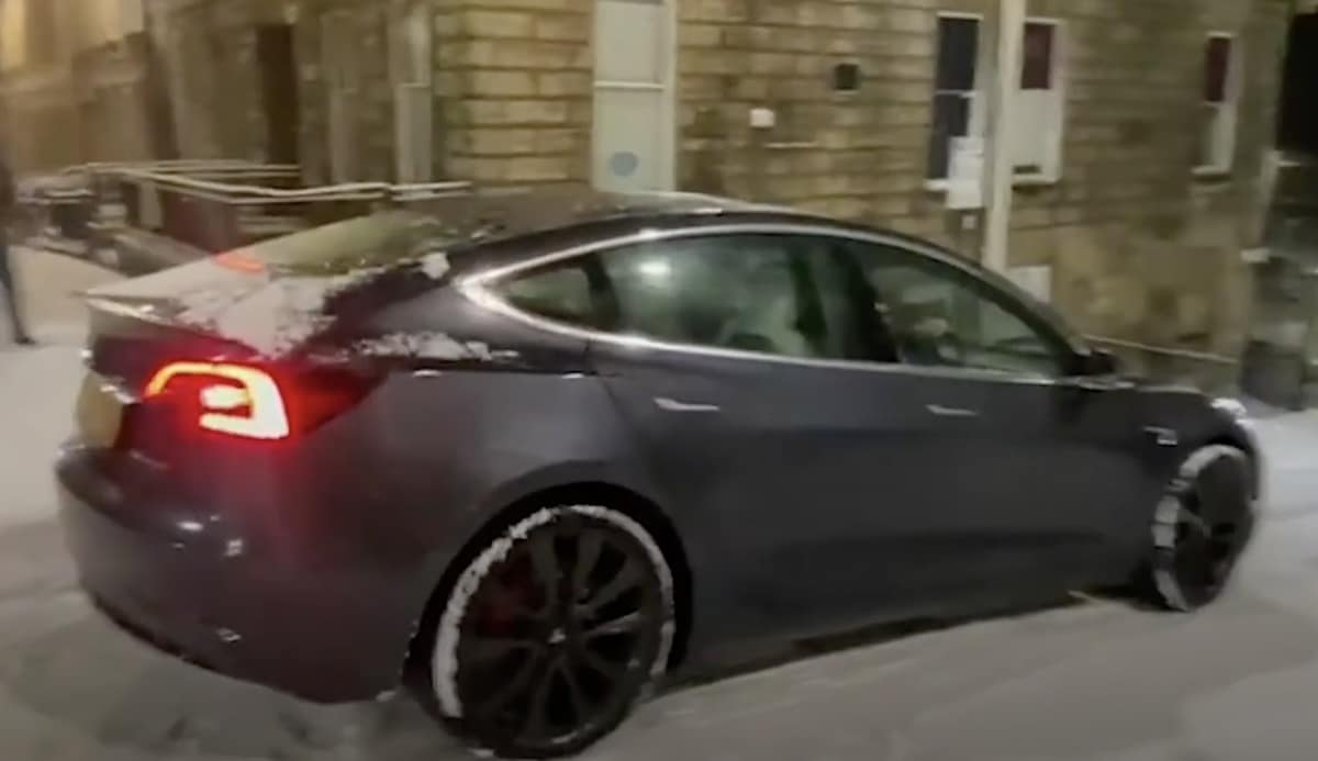 Tesla Model 3 na śniegu