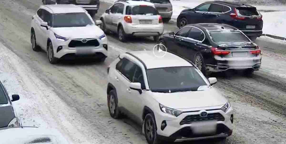 Biała Toyota Highlander i biała Toyota RAV-4