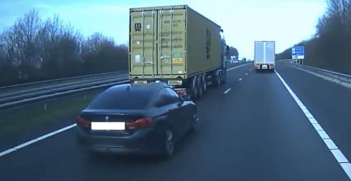 Czarne BMW serii 4 GC zajeżdża drogę