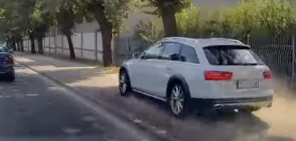 Audi A6 Allroad (C7) jedzie po chodniku w Środzie Wielkopolskiej