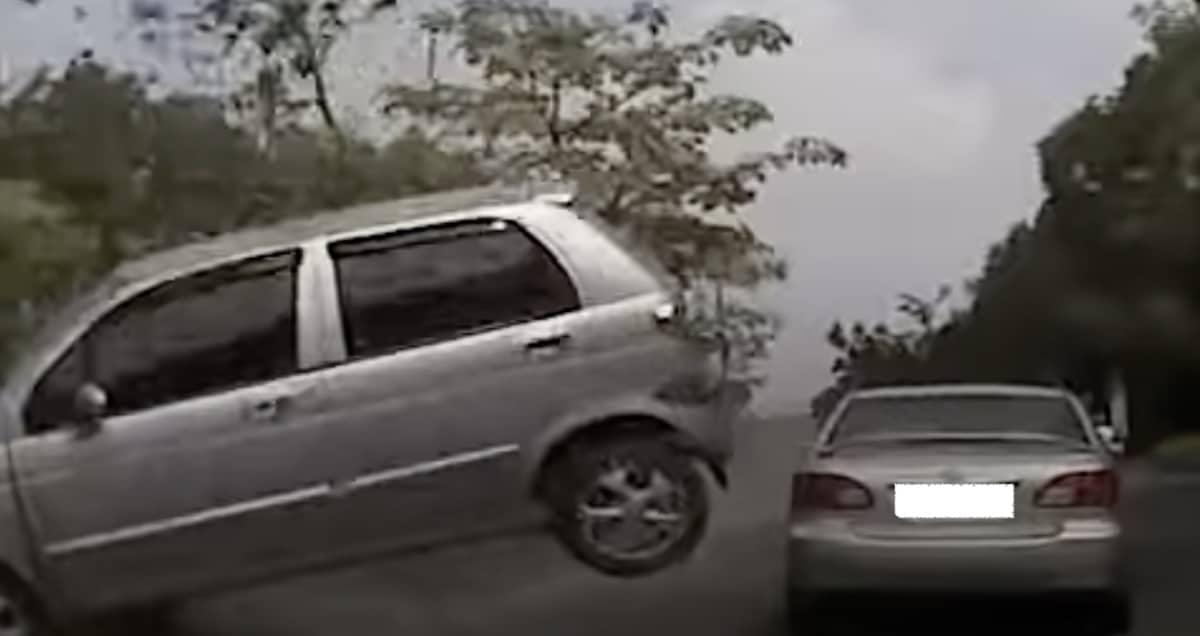 Daewoo Matiz wleciał przez szybę