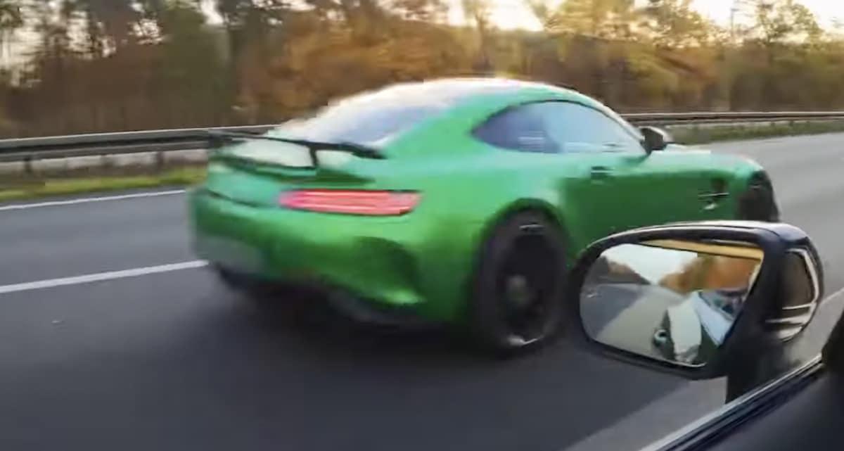 Zielony Mercedes-AMG GT R: wyprzedzanie
