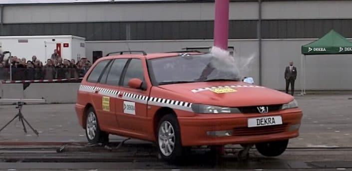 Peugeot 406: uderzenie w słup, test