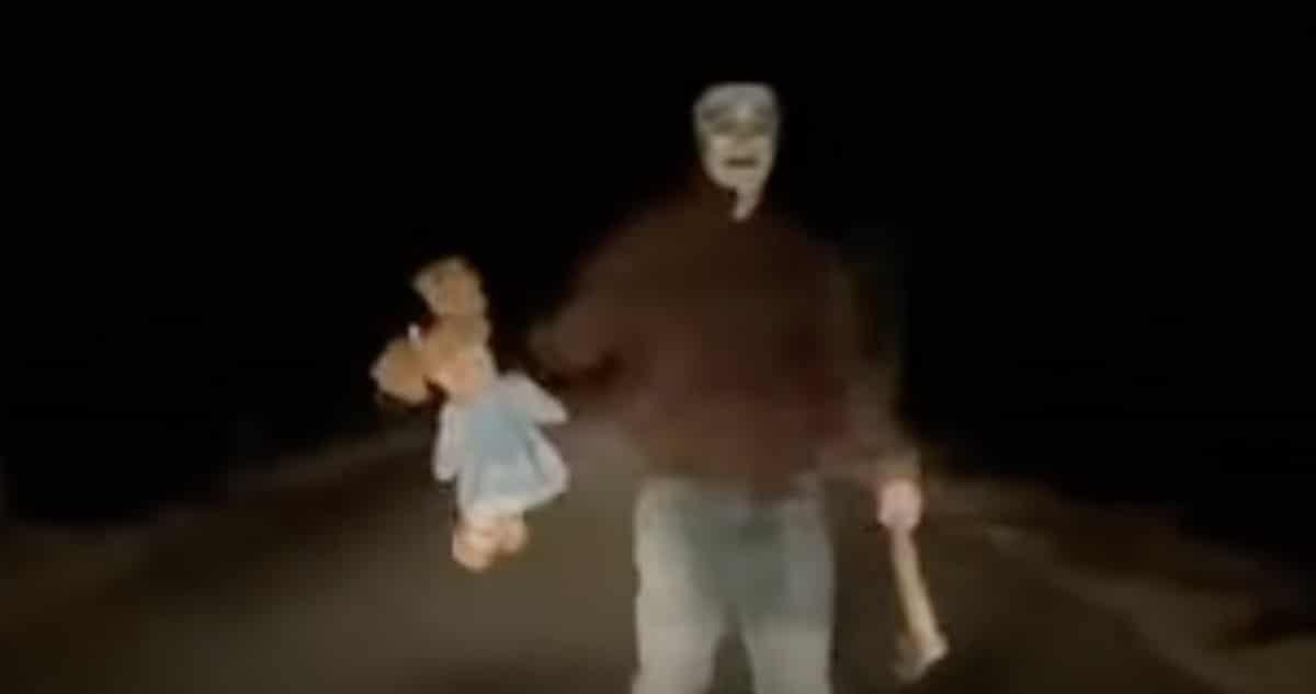 Psychopata na drodze w Knurowie z lalką i siekierą