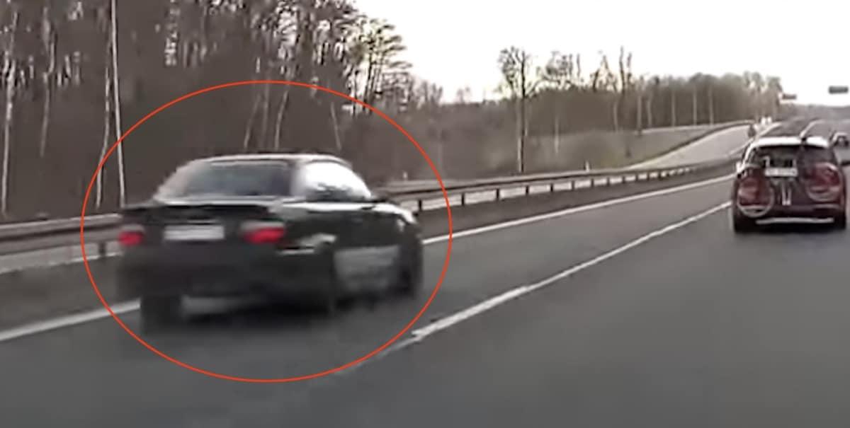 BMW serii 3 E36, szybka jazda na drodze