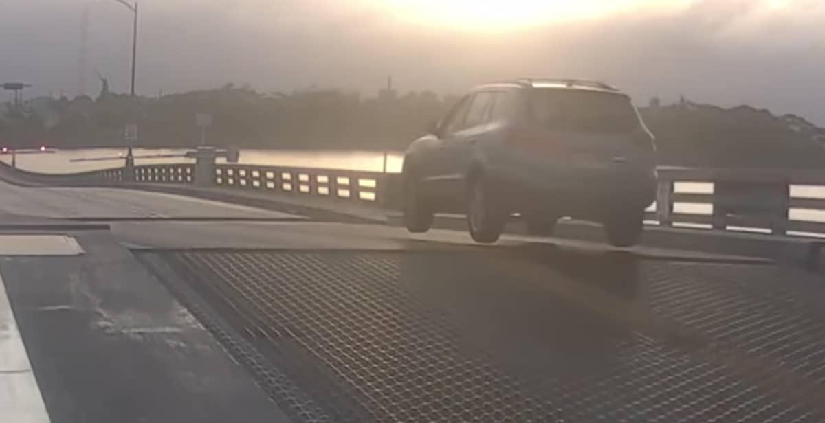 Hyundai Santa Fe przeskakuje przez most