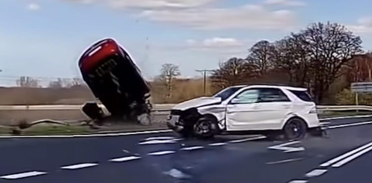 Mazda i Mercedes, wypadek na drodze 112
