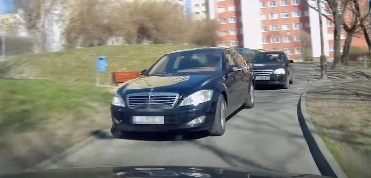 Mercedes Klasy S na osiedlowej ulicy