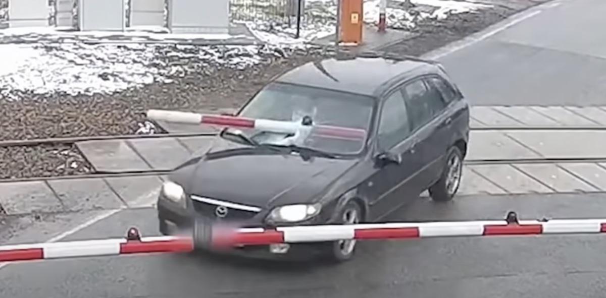 Mazda ucieka przed policją przez tory kolejowe