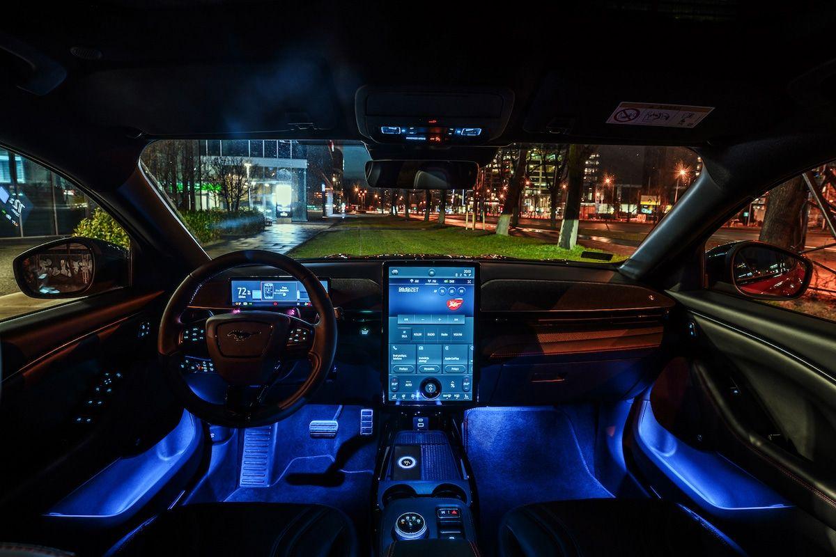Ford Mustang Mach-E 98 kWh, czerwony
