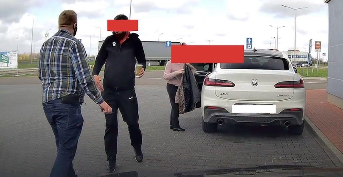 Cwaniak z BMW na stacji benzynowej