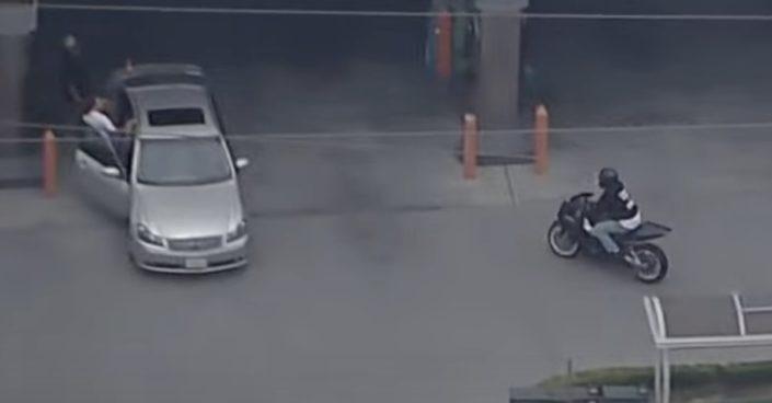 motocyklista na stacji benzynowej