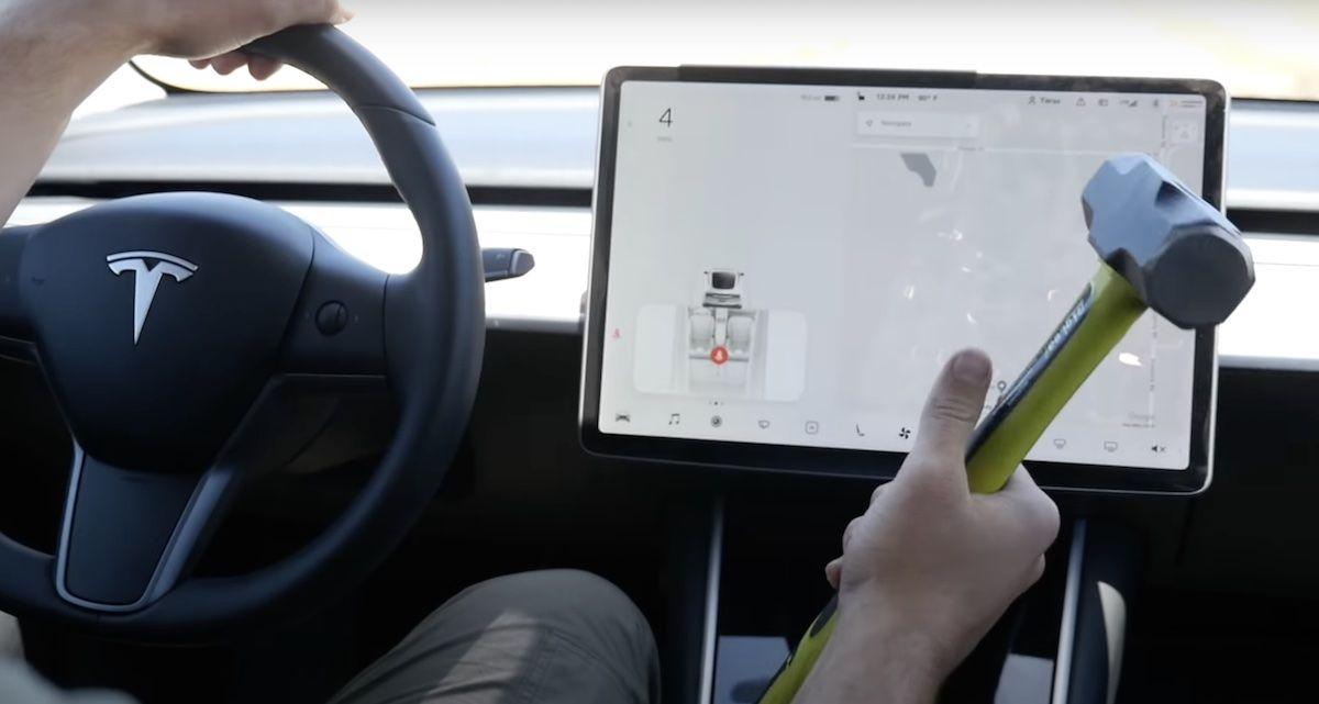 Tesla Model 3 młotek
