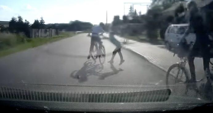 zabawa dzieci na drodze