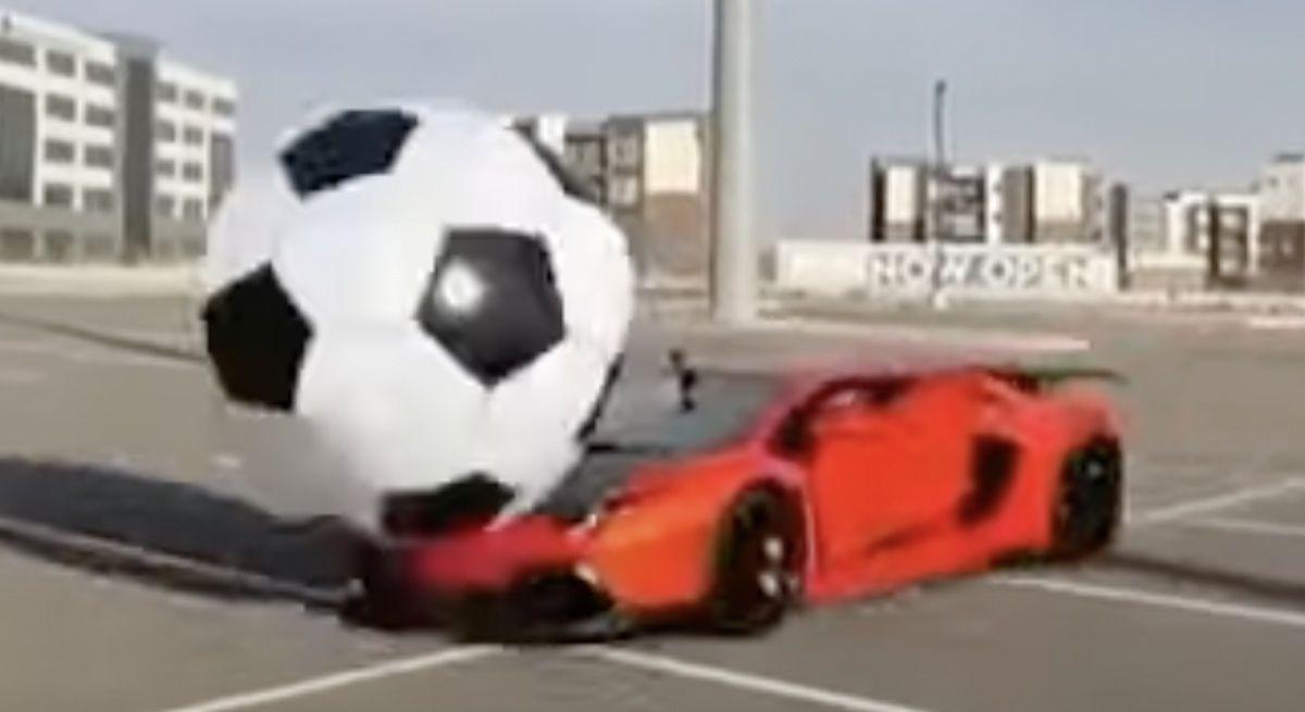 Lamborghini Aventador piłka