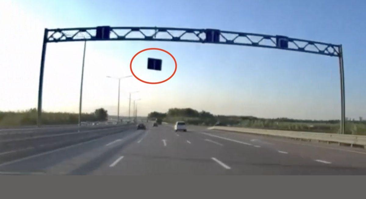 Znak na autostradzie
